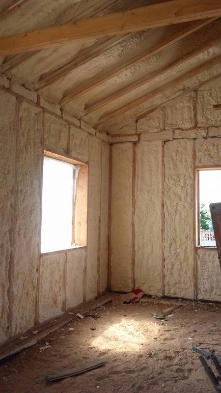 Karkasinio namo sienos iš vidaus apšiltintos poliuretanu